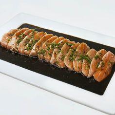 """O Tataki (em japonês: たたき significa """"golpeado"""" ou """"despedaçado"""") também chamado de tosa-mi é uma maneira de preparar o peixe ou a carne na culinária japonesa. A carne ou peixe é selado grelhado muito levemente sobre uma chapa quente ou direto no fogo ficando tostado por fora e cru por dentro.  Se você ainda não conhece essa delícia aproveite para experimentá-la aqui no Sushi Yama. Temos um cuidado todo especial ao preparar nossos pratos trazendo todo o sabor da culinária japonesa para você…"""