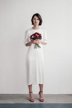 Lilly Ingenhoven Bridal - Dieses elegante Brautkleid ist insbesondere geeignet für eine moderne und stilvolle Hochzeit. Die Brautkleider von Lilly Ingenhoven können in München individuell angepasst werden.  #bridal #inspiration #munich #braut #brautmode #elegant #classic #modern