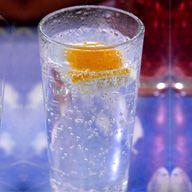 Pisco Tonic  Ingredientes    1 Onza De Pisco  Agua Tónica  4-5 Cubos De Hielo  Preparación  Se Sirve Directamente En El Vaso Y Se Rellena Con Agua Tónica. Añada Hielo Al Gusto Y Decore Con Una Rodaja De Limón.