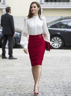 Queen Letizia of Spain's most glamorous style moments - Foto 8 Elegantes Business Outfit, Elegantes Outfit, Winter Skirt Outfit, Winter Outfits For Work, Formal Winter Outfits, Work Fashion, Fashion Outfits, Fashion Weeks, Trendy Fashion