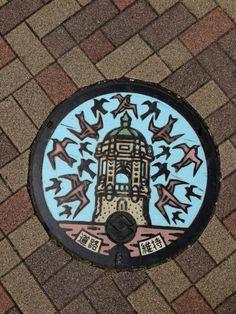 マンホール蓋。図柄は静岡市役所静岡庁舎とツバメ。彩色版は初めて見たかも。静岡県静岡市駿河区。