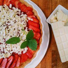 Sommerliche Erdbeertarte mit weißer Schokolade