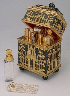 Несессер из гелиотропа. Подарен Екатерине II, создан в Англии.