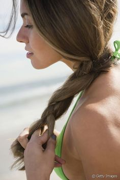 La tresse est la coiffure parfaite pour dompter sa crinière à la plage.