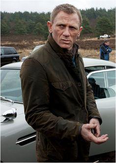 Daniel Craig on the set of Skyfall Craig Bond, Daniel Craig James Bond, James Bond Skyfall, James Bond Movies, Rachel Weisz, Daniel Craig Skyfall, Daniel Graig, James Bond Style, Barbour Jacket