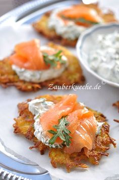 Crunchy potato pancakes with salmon- Knusprige Kartoffelpuffer mit Lachs Crunchy potato pancakes with salmon - Brunch Recipes, Appetizer Recipes, Dinner Recipes, Shellfish Recipes, Potato Pancakes, Cafe Food, Pumpkin Cheesecake, Salmon Recipes, Finger Foods