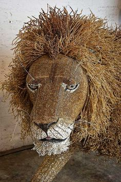 friendly lion, totaly made of beads & wire! - art of Streetwire - fair trade - www.south-deisgn.nl