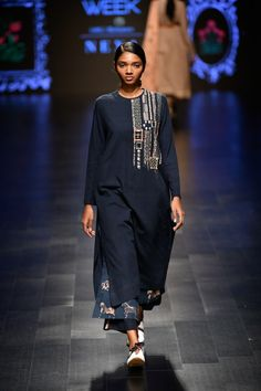 Jajaabor at Lakmé Fashion Week summer/resort 2019 Simple Kurti Designs, Kurta Designs, Indian Attire, Indian Wear, Indian Dresses, Indian Outfits, Latest Indian Fashion Trends, Latest Fashion, Chic Outfits