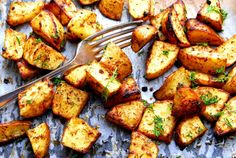 Oven roasted potatoes loaded with garlic and herbs, then turn out crispy and delicious. Easy garlic roasted potatoes recipe for the holidays Parmesan Crusted Potatoes, Herb Roasted Potatoes, Roasted Garlic, Crispy Potatoes, Halloumi Burger, Beyond Diet, How To Cook Potatoes, Potato Recipes, Meal Planning