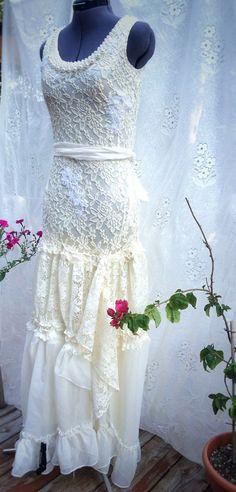 Questo grazioso abito è realizzato Abbigliamento e tessuti upcycled e impreziosito da ricami depoca.  Perfetto per un matrimonio di stile rustico o boho.  Taglia xs - s  Busto: 33-36 Vita 24-29 Fianchi fino a 36