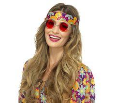 Disfraz Hippy Flower Power para Mujer en varias tallas. Disfraz de Alta Calidad de Hippie con mangas y pantalones de Campana. Se compone de Top y pantalones estampados, Cinta para el pelo y Cinturón con flecos. Puedes encontrar TODOS los complementos para el disfraz en nuestra sección de accesorios.