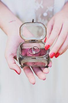 Trendy Wedding, blog  idées et inspirations mariage ♥ French Wedding Blog: La ring box vintage ❤ le nouveau coussin d'allianc...