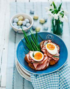 A Beautiful Way To Serve Breakfast.no recipe just a great Serving Idea Spring Recipes, Fun Recipes, Brunch Casserole, Main Menu, Food Menu, Breakfast Recipes, Food Photography, Clean Eating, Good Food