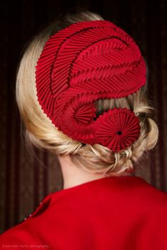 A fascinator with an exquisite flair! Vintage style nautilus cockads in bright red for the lady of the world and fashion ladies! Sombreros Fascinator, Red Fascinator, Millinery Hats, Cocktail Hat, Fancy Hats, Turbans, Look Vintage, Love Hat, Headpieces