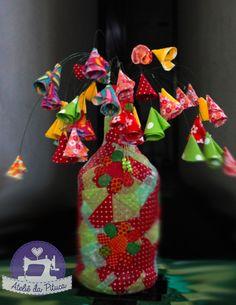 Garrafa patchwork e mobile de florzinhas