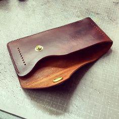 訂製皮套 Leather Front Pocket Wallet, Leather Wallet Pattern, Handmade Leather Wallet, Macbook Air Bag, Leather Working Patterns, Minimal Wallet, Leather Workshop, Leather Projects, Small Leather Goods