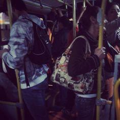 Um dia desses até tinha espaço dentro do bus. Não sei onde estava a galera! #choquei