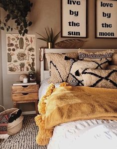 Bohemian Bedroom Decor Ideas - Want to add fashionable flair to your room? Think about utilizing bohemian, or boho, style inspiration in your next room redesign. Bohemian Bedrooms, Bohemian House, Bohemian Design, Bohemian Decor, Tribal Decor, Girl Bedrooms, Bohemian Pillows, Vintage Style Bedrooms, Bohemian Comforter Sets