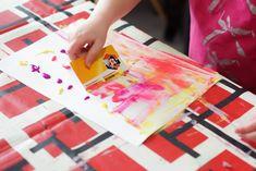 activité manuelle enfant sur le thème de Pâques. Création d'une guirlande d'oeufs de Pâques en peinture. Decoration, Playing Cards, Ewen, Diy, Games, Garland, Creative Crafts, Gaming, Paint