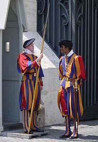 Miembros de la Guardia Suiza en su tradicional uniforme.