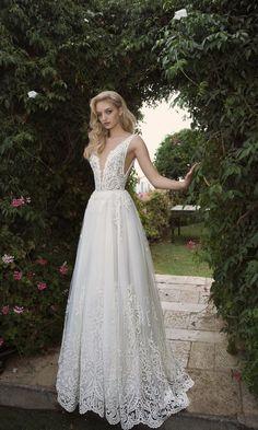 14 Plunging V-Neck Wedding Dresses for Major Wow