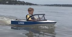 Lucky preschooler enjoys the freedom of captaining his own little vessel Ski Boats, Cool Boats, Small Boats, Wooden Boat Building, Boat Building Plans, Pontoon Boat, Boat Dock, Electric Boat Engine, Kids Boat