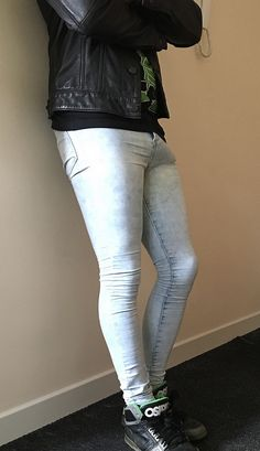 Super skintight jeans for fun! Tight Jeans Men, Superenge Jeans, Shoes With Jeans, Boys Jeans, Skinny Guys, Ripped Skinny Jeans, Super Skinny Jeans, Skinny Pants, Fashion Moda