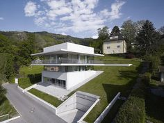 I truly love the idea of a house recessed in the earth. Architecture House by the Lake Partially Cut Into the Hillside: House by the Lake in Bregenz, Austria Villa Architecture, Amazing Architecture, Photo D'architecture, Haus Am Hang, Hillside House, Stunning View, Beautiful Homes, Modern Design, Construction