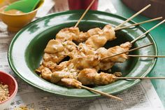 Learn how to make classic chicken satay sticks at home. Satay Sticks, Chicken Satay Skewers, Skewer Recipes, Barbecue Recipes, Appetizer Dips, Dinners For Kids, Appetisers, Freezer Meals, Main Meals