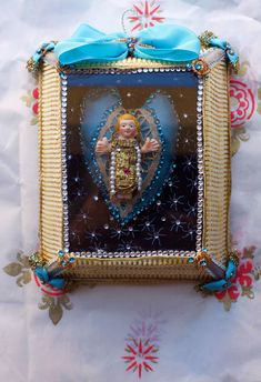 Holy Infant made by Barcelos artist in a box with silk, lace, strass, cotton, glass, paper - 16 x 15 cm