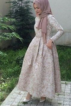 Consider this your ultimate guide to look impeccably chic this wedding season. See a selection of 12 simple hijab evening dresses to inspire you! Hijab Evening Dress, Hijab Dress Party, Evening Dresses, Islamic Fashion, Muslim Fashion, Modest Fashion, Hijab Fashionista, Beautiful Hijab, Beautiful Dresses