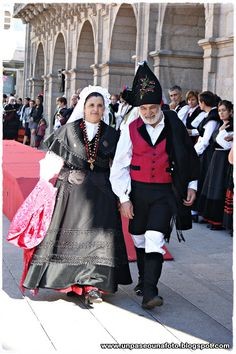festival of San Froilan - a must-see for thousands of Galicians who arrive in Lugo Folk Clothing, Clothing And Textile, Folk Fashion, Fashion Wear, Traditional Fashion, Traditional Dresses, Estilo Popular, Costumes Around The World, Folk Costume