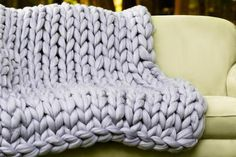 DIY Hand Knitting Kit, Video tutorial for Blanket Merino wool, Chunky Knit DIY knitting pattern, video tutorial by Becozi on Etsy Arm Knitting Tutorial, Diy Knitting Kit, Hand Knitting, Beginner Knitting, Finger Knitting, Beginner Crochet, Knitted Blankets, Merino Wool Blanket, Wool Yarn