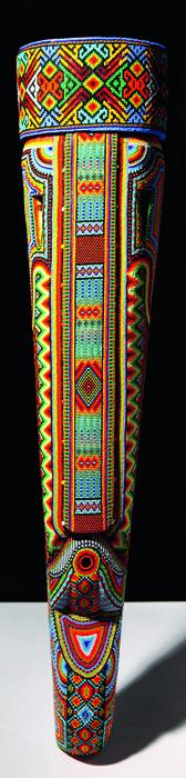 Máscara ceremonial, elaborada en madera y recubierta de chaquiras, Cametsa Biya, Visión Arte, Sibundoy, Putumayo.