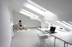 Een zolder die verbouwd is tot een wooneeheid. De nieuwe ramen en dakramen geven een hele nieuwe uistraling aan de woonruimte.