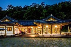 구름에오프 카페. 하루종일 좋구만, 여긴!! 야경도 멋져~~ #안동 #전통한옥리조트 #구름에리조트 #구름에오프 #한옥카페 #야간풍경 #리코 #GR #Ricoh #nightview #hanokcafe #gurumeoff #gurumeresort… Korea, Mansions, House Styles, Home Decor, Decoration Home, Manor Houses, Room Decor, Villas, Mansion