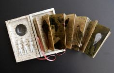 make a book with a special natural item (i.e: rock, shell, leaf, acorn.) put it in a box with a peek-a-boo hole in the accordion book pages. Accordian Book, Concertina Book, Paper Book, Paper Art, Kirigami, Altered Book Art, Book Sculpture, Book Journal, Journals