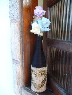 Garrafa Decorada em fio preto, com aplicação de juta e lantejoulas douradas. As flores são mera decoração para as fotos. <br>FRETE GRÁTIS NAS COMPRAS ACIMA DE R$ 100,00