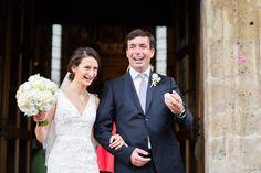 Brautpaar vor der Pfarrkirche St. Andreas in Kitzbühel, Österreich flowers: petra mueller blumen