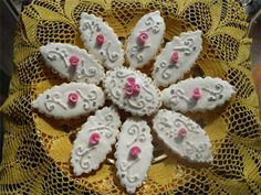 Italian wedding cookies, Pastissus are elegant Sardinian iced cookies with a soft almond center. See how to make your own wedding cookies from scratch with an authentic Italian recipe Italian Wedding Cookies, Wedding Cake Cookies, Italian Cookies, Wedding Cupcakes, Wedding Favors, Drop Cookies, Iced Cookies, Cupcake Cookies, Sugar Cookies