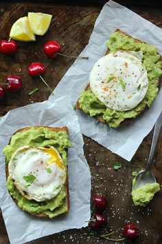 Skinny Fried Egg and Avocado Toast by simplegreenmoms #Eggs #Avocado #Toast #Healthy