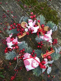 veniec červeno prírodný Christmas Wreaths, Holiday Decor, Home Decor, Decoration Home, Room Decor, Home Interior Design, Home Decoration, Interior Design
