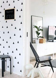 Decorar con formas geométricas: decora con triángulos pintándolos en la pared, aplicando vinilos o mediante papel pintado #decoracion #formasgeometricas #triangulos