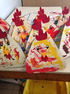 Poules peintes avec une plume