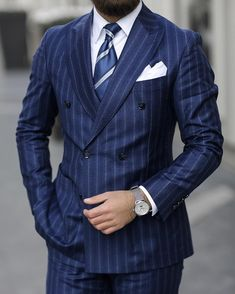 doubt the power of a set of classic suit with a refined bracelet. Mens Fashion Suits, Mens Suits, Fashion Outfits, Mens Fashion Blog, Fashion Fall, Fall Outfits, Suit Up, Suit And Tie, Mode Costume