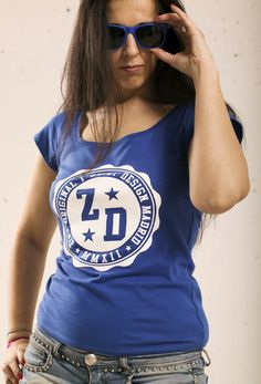 Zipp Sello. Camiseta de manga corta de chica de color azul real con escote amplio y motivos estampados en 3D. www.zippdesign.es... Ladies short sleeve royal blue girl with wide neck and printed motifs in 3D. #camiseta #mujer #mangacorta #sello #3D #tshirt #women #shortsleeve #stamp #3D #moda #tendencia #pinit