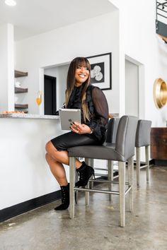 Photoshoot Inspiration, Photoshoot Ideas, Look Office, Best Photo Poses, Affinity Photo, Business Headshots, Photographer Branding, Business Photos, Work Fashion