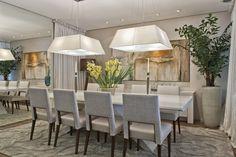 """A contemporânea """"Sala de Jantar"""", da arquiteta Fabia Teixeira, tem predominância de tons claros e suaves, com toques de cor nos objetos decorativos."""