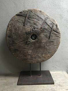 Uniek groot vergrijsd houten wiel ornament op statief, zeer indrukwekkend