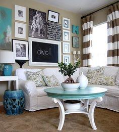 Een nogal drukke woonkamer, love it or hate it. Wij vinden het fantastisch door de turquoise tinten en de persoonlijke fotolijsten op de muur.